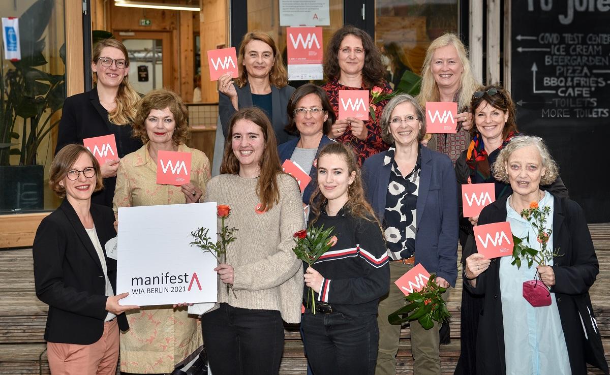 Übergabe manifestA an Staatssekretärin für Wohnen Wenke Christoph (ganz links) durch WIA-Akteurinnen am 1. Juli 2021; Foto: Boris Trenkel